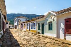 五颜六色的殖民地房子和鹅卵石街道- Tiradentes,米纳斯吉拉斯州,巴西 库存照片