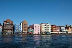 五颜六色的殖民地议院在威廉斯塔德,库拉索岛 免版税库存照片