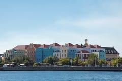 五颜六色的殖民地议院在威廉斯塔德,库拉索岛 免版税库存图片