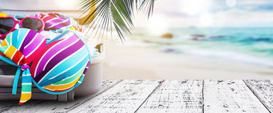 五颜六色的比基尼泳装和衣裳的夏天概念在行李 库存图片