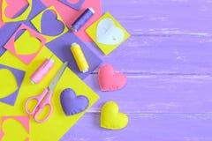 五颜六色的毛毡心脏装饰品集合,在木背景的工艺供应与文本的拷贝空间 手工制造浪漫礼物想法 图库摄影