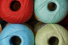 五颜六色的毛线被密封的卷在一个架子的在商店 免版税库存图片