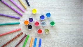 五颜六色的毡尖的形成太阳图,儿童修复的笔和油漆 股票视频