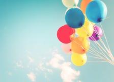 五颜六色的气球做与一个减速火箭的instagram过滤器作用 免版税库存图片