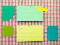 五颜六色的气球和笔记(桃红色织品背景) 库存图片