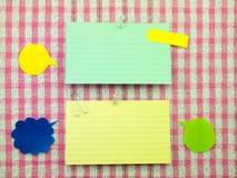 五颜六色的气球和笔记(桃红色织品背景) 免版税库存照片