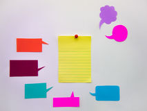 五颜六色的气球和笔记(白色背景) 库存图片