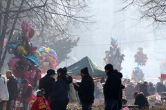 五颜六色的气球待售,摊位用快餐和在镇期间的许多人民公平在佩尔尼克,保加利亚- 2018年1月27日 库存图片