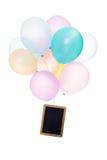 五颜六色的气球,与copyspace的板岩,隔绝在白色 库存图片
