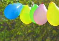 五颜六色的气球,户外,绿色背景 免版税库存照片