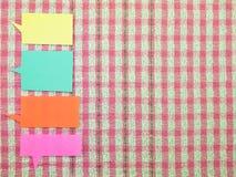 五颜六色的气球(桃红色织品背景) 库存图片