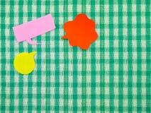 五颜六色的气球(绿色织品背景) 图库摄影