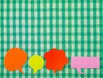 五颜六色的气球(绿色织品背景) 库存图片