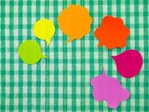 五颜六色的气球(绿色织品背景) 库存照片