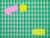 五颜六色的气球(绿色织品背景) 免版税库存图片