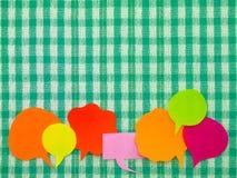 五颜六色的气球(绿色织品背景) 免版税库存照片