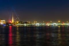 五颜六色的水反射在圣彼德堡,俄罗斯 免版税库存照片