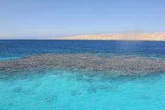 五颜六色的水在海 免版税库存图片