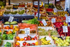 五颜六色的水果和蔬菜在显示待售在威尼斯大石桥市场上在威尼斯,意大利 免版税图库摄影