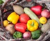 五颜六色的水果和蔬菜篮子  免版税库存图片