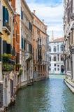 五颜六色的水运河街道在威尼斯意大利 图库摄影