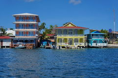 五颜六色的江边殖民地居民安置巴拿马 免版税库存图片