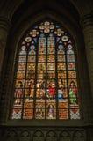 五颜六色的污迹玻璃窗在圣迈克尔和圣Gudula大教堂在布鲁塞尔 免版税库存图片