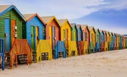 五颜六色的沐浴的小屋行在梅曾贝赫海滩,开普敦,南非 免版税库存图片