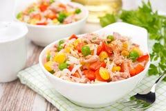 五颜六色的沙拉用玉米、绿豆、米、红辣椒和金枪鱼 库存图片