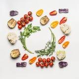 五颜六色的沙拉菜成份平的位置与调味料的在白色背景,顶视图,框架 健康干净吃 免版税图库摄影