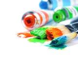 五颜六色的油漆和艺术家画笔 免版税库存照片