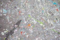 五颜六色的油漆在肮脏的老灰色墙壁背景纹理飞溅 库存照片