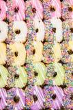 五颜六色的油炸圈饼。 免版税库存照片