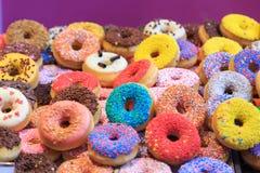 五颜六色的油炸圈饼 免版税库存图片