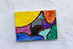 五颜六色的油画在白色clored墙壁上垂悬了 免版税库存图片