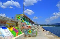 五颜六色的沿海岸区街道画墙壁 免版税库存照片