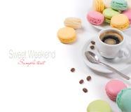 五颜六色的法国蛋白杏仁饼干和咖啡浓咖啡 库存图片