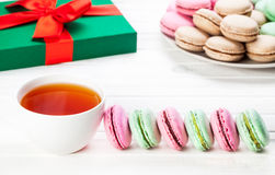 五颜六色的法国macarons早餐 免版税库存图片