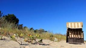 五颜六色的波儿地克的海边和一张地方海滩睡椅 免版税库存照片