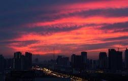 五颜六色的浪漫在忙碌的城市backgroun的日落暮色天空 库存照片