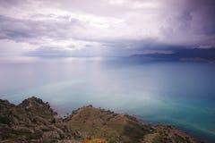 五颜六色的海景夏天 海岸岩石日落 免版税库存照片