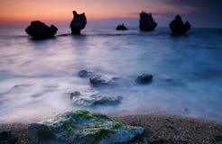 五颜六色的海景夏天 海岸岩石日落 免版税图库摄影
