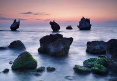 五颜六色的海景夏天 海岸岩石日落 库存图片