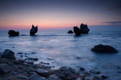 五颜六色的海景夏天 海岸岩石日落 库存照片