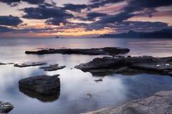 五颜六色的海景夏天 海岸岩石日落 免版税库存图片