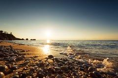 五颜六色的海洋海滩日出 图库摄影