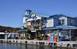 五颜六色的海滨广场和餐馆 库存图片