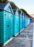 五颜六色的海滩小屋在伯恩茅斯 库存图片