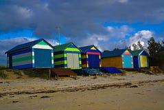 五颜六色的海滩小屋 免版税库存照片