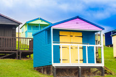 五颜六色的海滩小屋 免版税图库摄影